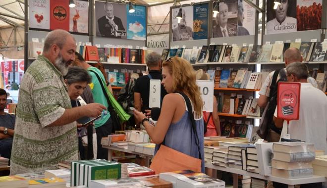 Foto: Târgul estival Gaudeamus. Zeci de cititori, prinşi în… flagrant lecturând pe plajă