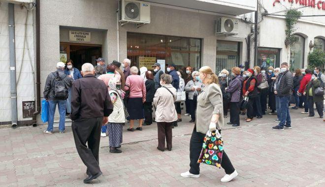 Inconștiență sau disperare? Cozi imense ale pensionarilor, în fața instituțiilor din Constanța - fondpensionariinghesuiala3-1589822513.jpg