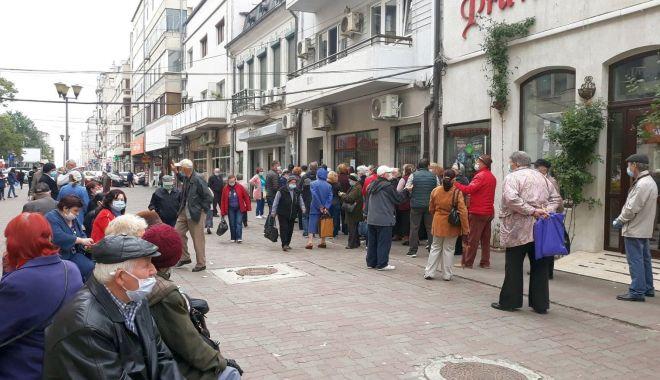 Inconștiență sau disperare? Cozi imense ale pensionarilor, în fața instituțiilor din Constanța - fondpensionariinghesuiala4-1589822530.jpg