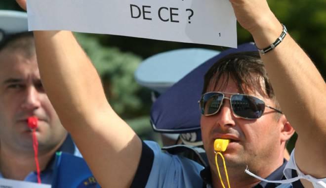 """Foto: Poliţişti făcuţi la """"apelul bocancilor""""? Poliţia pregăteşte angajarea a 5.000 de civili. """"Vor intra pilele!"""""""