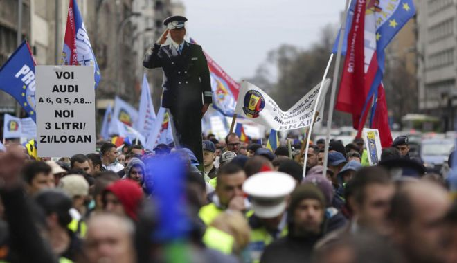 """Foto: Ministrul Afacerilor Interne promite rezolvarea problemelor din Poliţie. """"Vom ieşi în stradă, în număr mare"""""""