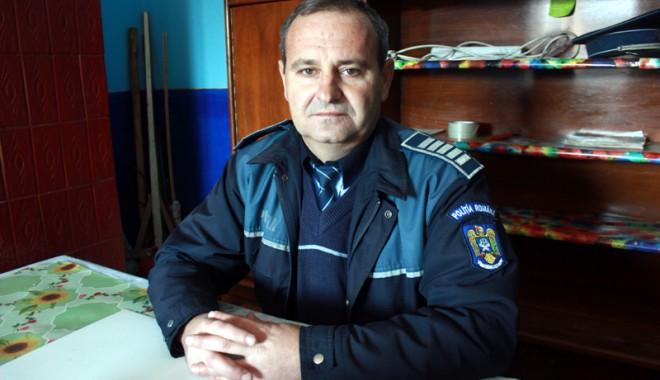 Poli�istul care-i ajut� pe oameni s�-�i primeasc� pensiile - fondpolitistdetaravirdoldanut-1389022234.jpg
