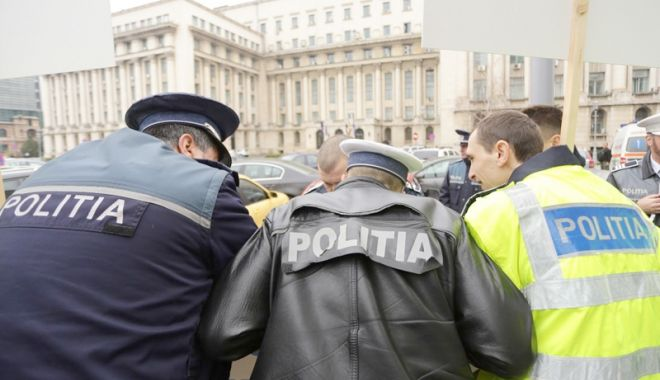 Autoritatea poliţistului, călcată în picioare de politicieni.