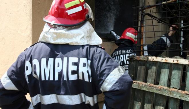 Foto: Pompierii const�n�eni, �n alert�! Cas� cuprins� de fl�c�ri