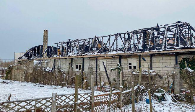 Incendiul care a mistuit o clădire în Vama Veche, pus intenționat? Se strâng donații pentru ajutarea păgubiților - fondprinturmariincendiu1-1613414453.jpg
