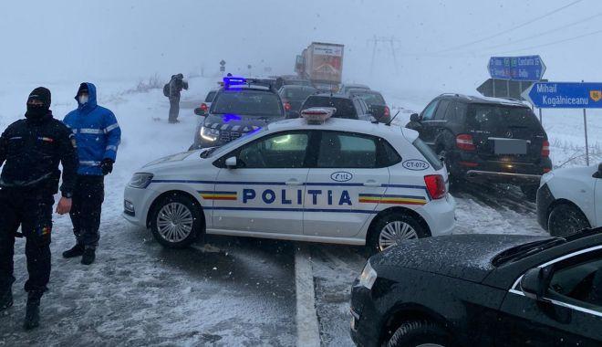 Furia albă a făcut ravagii. Drumuri închise, maşini blocate şi localităţi fără apă sau curent - fondprintviscolsininsori21-1611772037.jpg