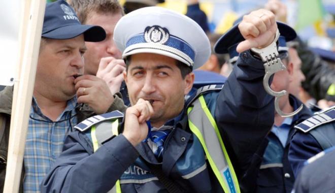 """Foto: Polițiștii amenință cu proteste de stradă. """"Dați-ne banii!"""""""