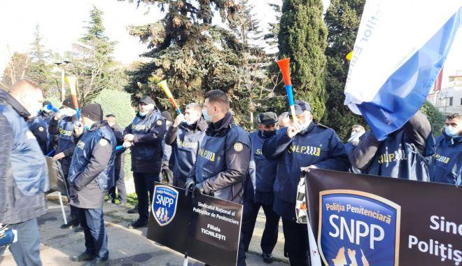 """Protest al polițiștilor, grefierilor și pensionarilor, la Constanța. """"Suntem umiliți!"""" - fondprotestpolitistigrefieri12-1611156517.jpg"""