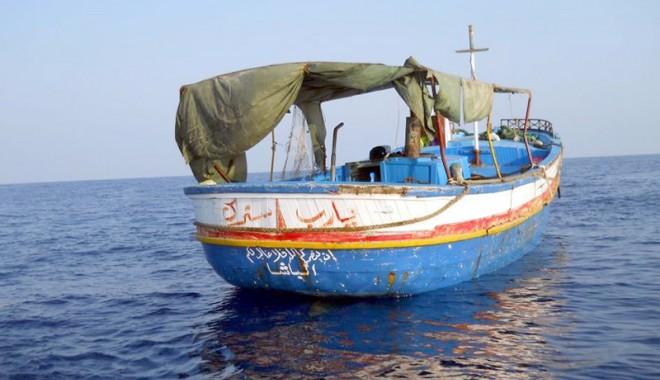 Foto: VIDEO. Record la frontieră: peste 130 de emigranţi ilegali, înghesuiţi pe un pescador