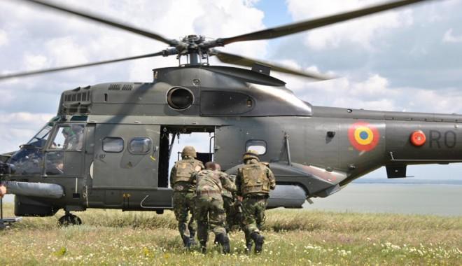 Foto: Piloţii elicopterului Puma Naval, luaţi ostatici de către piraţi!