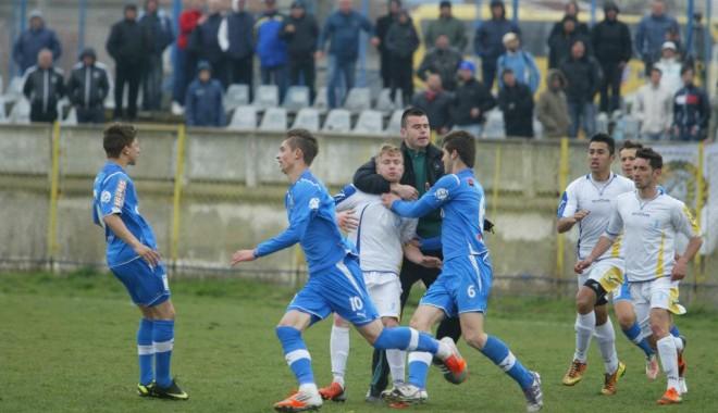 Foto: VIDEO. SCANDAL PE TEREN! Iată cum S-AU LUAT LA BĂTAIE juniorii FC Farul şi FC Viitorul