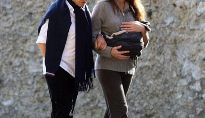 Nicolas Sarkozy și Carla Bruni și-au scos fetița în lume  GALERIE FOTO - foto2-1320145832.jpg