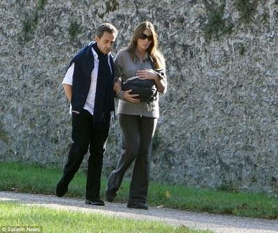 Nicolas Sarkozy și Carla Bruni și-au scos fetița în lume  GALERIE FOTO - foto3-1320145841.jpg