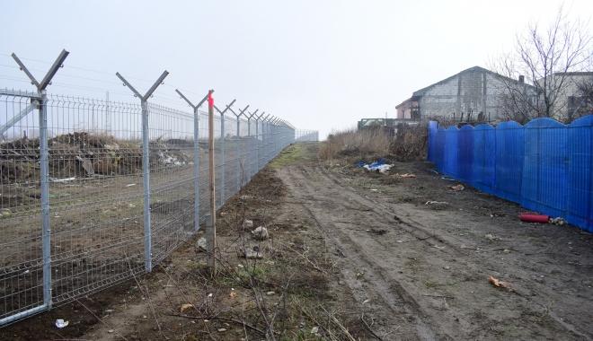 GALERIE FOTO / Vă place cum arată Constanţa? Soluţia Armatei: garduri de beton şi sârmă ghimpată sub nas, în civilizaţia lui 2018 - foto6-1515165524.jpg