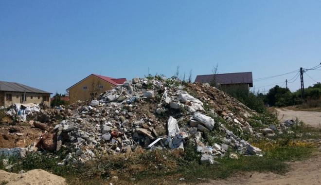 Turism printre gunoaie şi resturi  de construcţii, la 2 Mai.