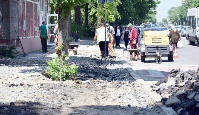 """Foto: """"Dar noi unde mai parcăm?"""". Primăria Constanţa asfaltează trotuarele din cartiere"""