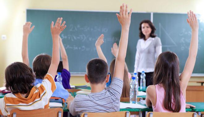 Foto: Bani mai puțini la Educație. Mii de posturi din școli sunt în pericol