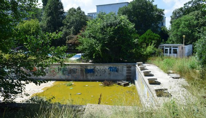 Bazinul de înot de lângă Liceul
