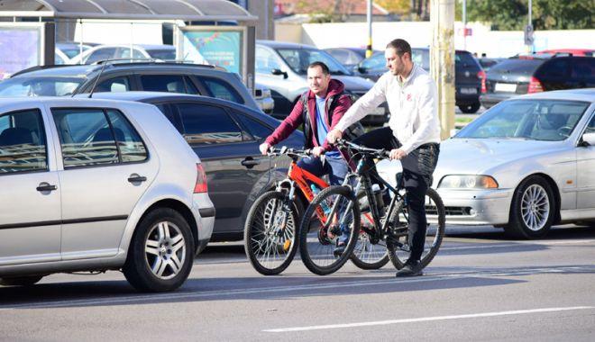 Foto: Constanţa, oraşul european  în care bicicliştii nu au loc pe şosele
