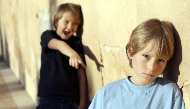 Foto: Lacrimi şi suferinţă! Copii batjocoriţi de colegii lor