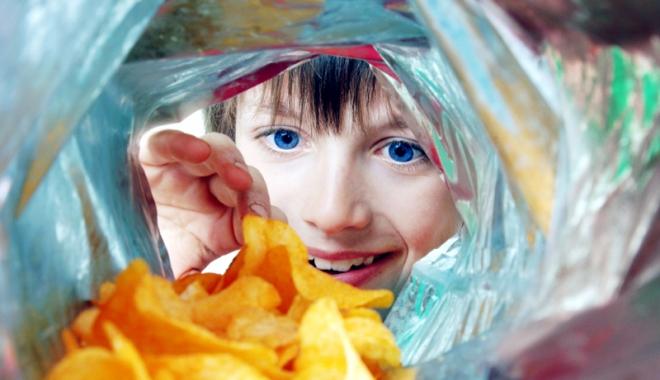 Foto: Otrava din chipsuri! Faimoasele  gustări, pline de prafuri şi chimicale