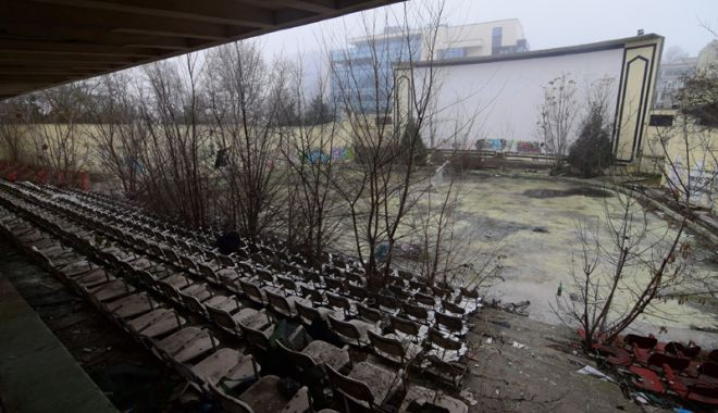 Grădinile de vară din Constanţa şi Mamaia  zac în mizerie. În alte stațiuni sunt promovate - fotofondcinemadevaratomisparcarh-1533572240.jpg