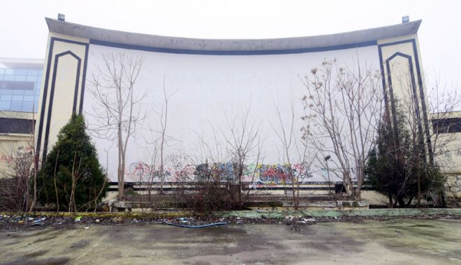 Grădinile de vară din Constanţa şi Mamaia  zac în mizerie. În alte stațiuni sunt promovate - fotofondcinemadevaratomisparcarh-1533572263.jpg