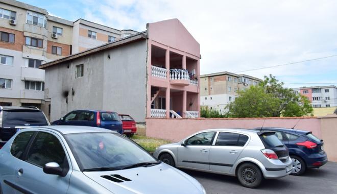 """Foto: Aberaţii urbanistice la Constanţa! Vilă """"parcată"""" între maşini şi blocuri cu vedere în apartamentele vecinilor"""