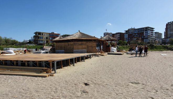 Construcții ilegale pe nisip.