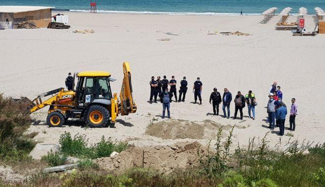 Foto: Jandarmii și procurorii au luat cu asalt construcțiile ilegale de pe plaja din Faleză Nord