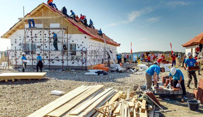 Foto: Opt familii sărmane vor avea un acoperiş şi un cămin cald, la iarnă