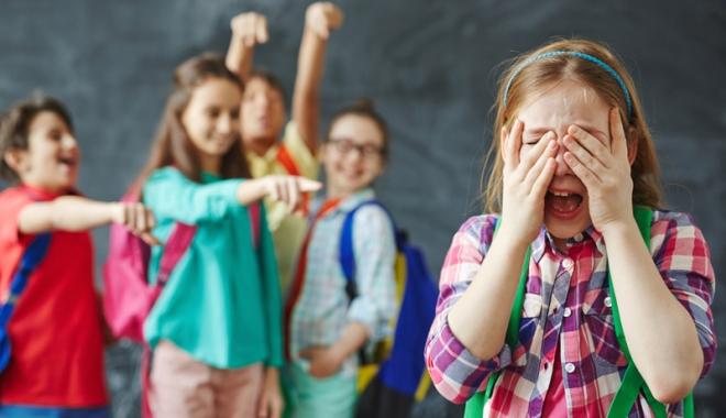 """Foto: Copii umiliţi de colegi la şcoală, părinţi disperaţi. """"Desfiinţaţi recreaţiile!"""""""