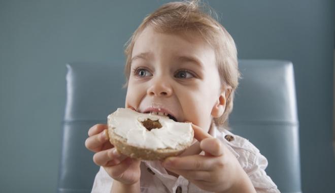 Foto: Ce le dăm copiilor la pachet? Croasanţi cu glicerină, celuloză şi aromă de unt