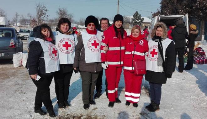 Foto: Iarnă grea la ţară. Voluntarii  Crucii Roşii au întins o mână  de ajutor bătrânilor din satele izolate