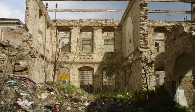 Foto: Cum va fi salvată de la pieire o clădire veche din Peninsulă
