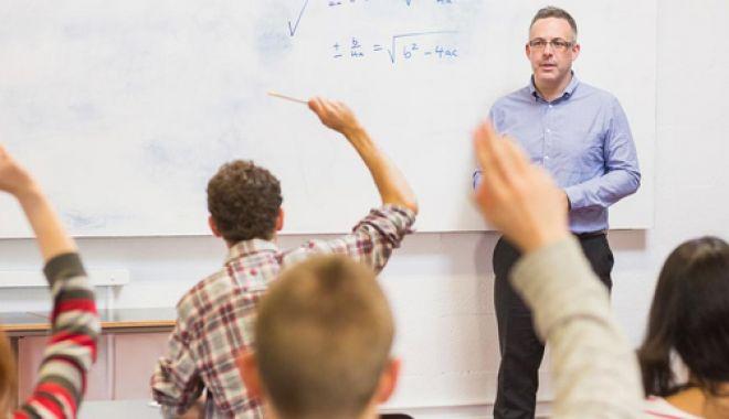 Foto: Directorii de şcoli nu vor mai preda la clasă.