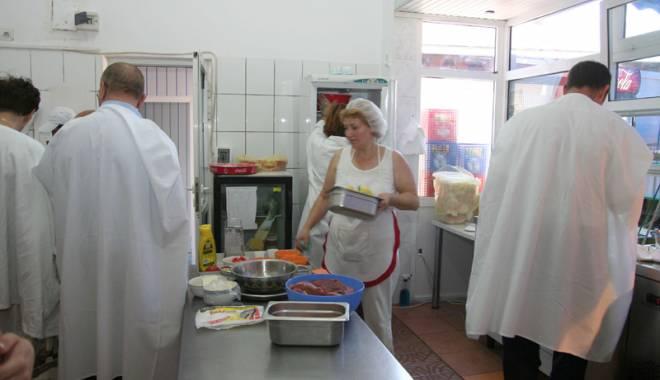Foto: Restaurantele şi autoservirile de pe litoral,  luate la puricat de inspectorii sanitar-veterinari