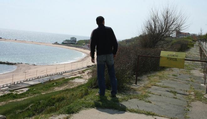 Foto: Falezele litoralului se prăbuşesc în mare. Unde au intrat sutele de milioane de euro pentru reabilitarea lor?