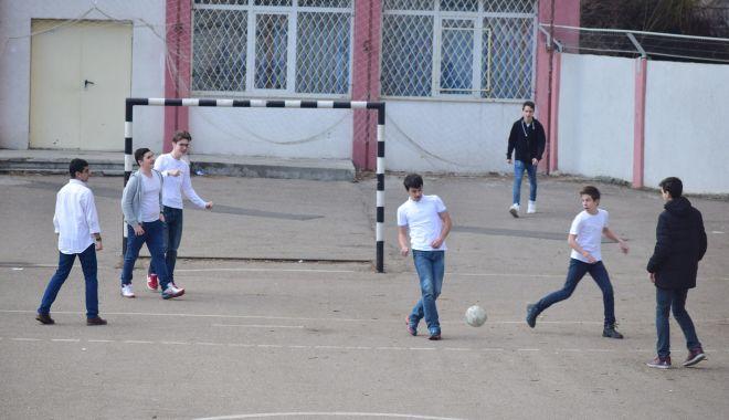 """Foto: Elevi din Constanţa, lăsaţi fără burse de merit? """"Este încălcată legea!"""""""