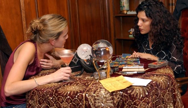 Foto: Plâng după bani! Escrocherii cu şedinţe de spiritism şi tămăduire