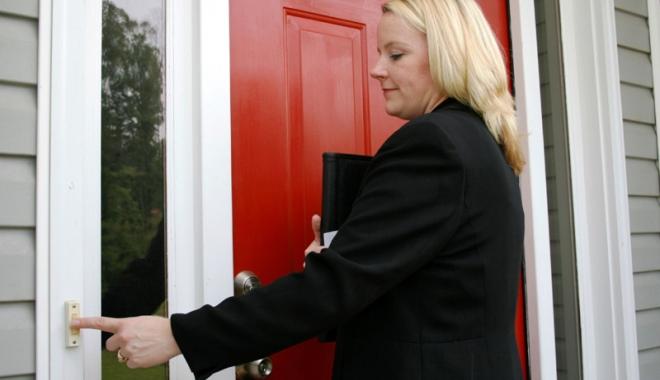 Foto: Atenţie la vânzătorii din uşă în uşă! Cei mai mulţi dintre ei sunt escroci