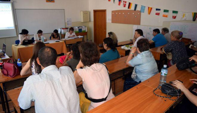 Foto: Începe examenul de definitivat. Profesorii începători dobândesc dreptul de practică în învăţământ