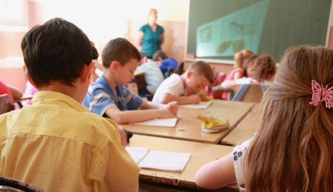 Foto: Mâini băgate pân-la coate în buzunarele părinţilor.  Fondul şcolii, ce facem cu fondul şcolii?