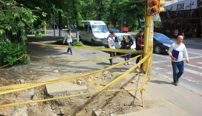 Foto: Pericol de moarte pe trotuarele din Constanţa! Gropile lăsate de muncitori, capcane pentru pietoni