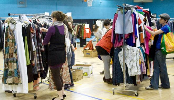Foto: Cum ne păcălesc magazinele de fiţe cu haine de proastă calitate la preţuri uriaşe