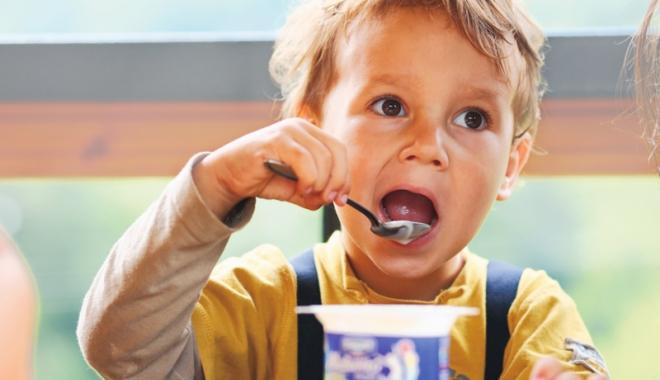 Ce găsim cu adevărat în iaurturile de fructe: jumătate zahăr, jumătate aditivi. Unde sunt laptele şi fructele? - fotofondiaurt1-1459957079.jpg