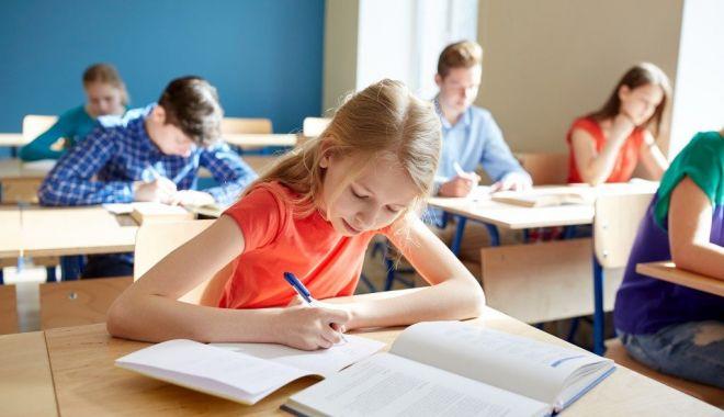 Începe admiterea la clasa a V-a. Cum se fac înscrierile și când se dau examenele - fotofondincepeadmiterea-1591628255.jpg