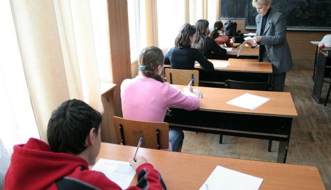 Foto: Încep emoţiile examenelor. Elevii susțin astăzi simularea la limba română