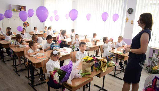 """Foto: O nouă serie de """"boboci"""" la şcoală. Când încep înscrierile pentru clasa zero"""
