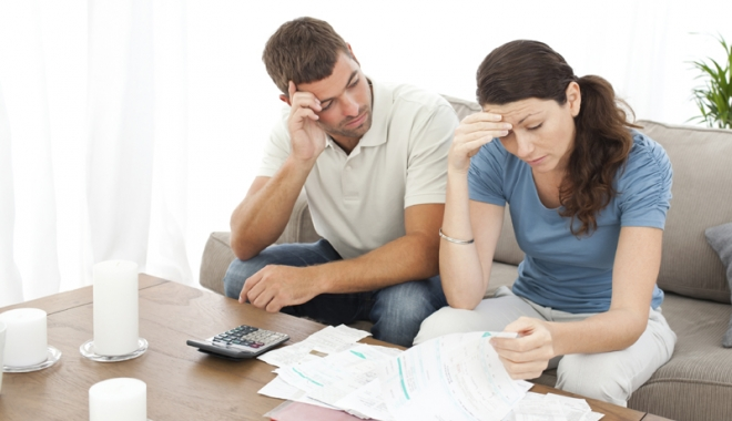 Foto: Scoşi afară din casă de bănci. Pe cine ajută legea insolvenţei persoanelor fizice?